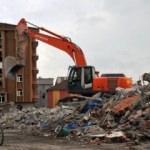 Yüksekova'da binaların yıkımına başladı
