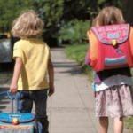 Okul çantaları skolyoz değil ağrı nedeni