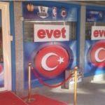 Hollanda'da dükkanlara Türk bayrakları asıldı