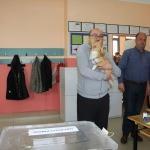 Oy kullanmaya köpeğiyle geldi