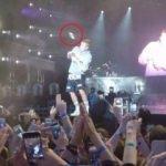 Hayranları Justin Bieber'a ayakkabı fırlattı!