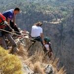 Kayalıklarda mahsur kalan paraşütçü kurtarıldı