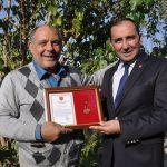 TSKGV bağışçısını madalya ile ödüllendirdi