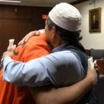Oğlunun katilini affeden Müslüman baba ağlattı