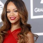 Rihanna'dan online kırmızı ruj sürme dersi