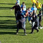 Saha görevlisi, futbolcuya saldırdı