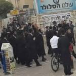 Yahudiler İsrail askerini taşa tuttu
