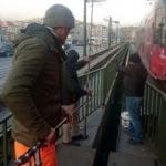 Tramvay raylarının arasına girip balık avladılar!