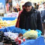 Halk pazarına şarkılarıyla neşe katıyor