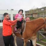 Engelli çocuklara atlı  terapi