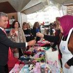 Manavgat Belediyesi kadınlara karanfil dağıttı