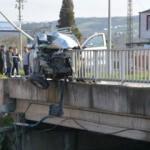 Köprü korkuluğunda böyle asılı kaldı!
