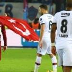 Dev maçta Türk Bayrağı açarak secde etti