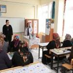 Yeşim Pekmez'den okuma yazma kursuna ziyaret