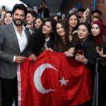 Burak Özçivit'i Türk bayrağıyla karşıladılar!