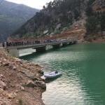 Adana'da otomobil baraj gölüne devrildi