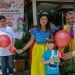 """İzmir'in """"renkli adamı""""ndan çocuklara 23 Nisan'da döner ikramı"""