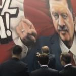 Erdoğan kendisi için yapılan grafitiye imza attı