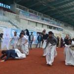 Yabancı öğrenciler çuval ve halat çekme yarışında eğlendi
