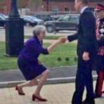 Theresa May'in hareketi alay konusu oldu!