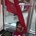 Bir buçuk yaşındaki minik Doğa'nın bayrak sevgisi
