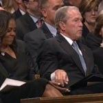 Cenaze töreninde Bush'tan Obama'ya ilginç jest