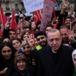 Paris'te dikkat çeken Erdoğan pankartı