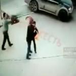 Akılalmaz olay Yolda yürüyen çifte kalasla saldırı