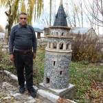Evinin bahçesinde tarihi eserlerin minyatürünü yapıyor