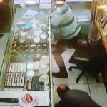 Kurşun yağdıran soyguncuya telefonla direndi