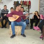 Görme engelli müzik öğretmeni engellilere ders veriyor