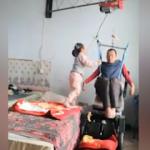 Engelli babasına bakan minik kız