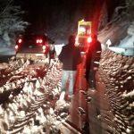 Yolda mahsur kalan 4 kişi kurtarıldı