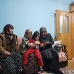 """Karahan, engelli ailesinin """"gözü"""" olan Ünzile anneyi ziyaret etti"""