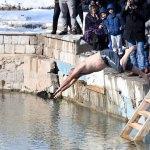 Soğuk havada gölette yüzdüler