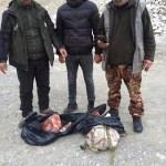 Kaçak avcılar yaban keçisini parçalayıp sırt çantasına gizlemiş