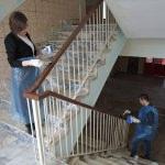 Eskiyen merdiven korkuluklarını öğretmenler boyadı