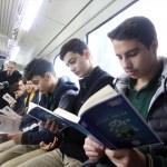 Liseliler tramvayda kitap okudu