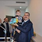 Üniversite hastanesinde tedavi gören çocukların oyuncağı Rektör Şahin'den