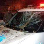 Polis aracının üzerine saksı attı