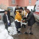 Ambulans gidemeyince hastayı kepçeyle kurtardılar