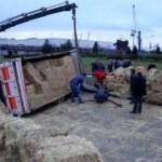 Trabzon'da saman yüklü kamyon devrildi, yol kapandı