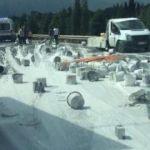 Kazada kamyonetten savrulan boyalar, yola döküldü