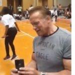 Arnold Schwarzenegger'e saldırı kamerada!