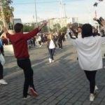 Taksim'de zeybek oynayan öğrencilere yoğun ilgi