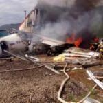 Pistten çıkan uçak binaya çarptı!