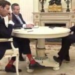 Putin'in karşısına kırmızı çorapla çıktı, sosyal medyanın diline düştü