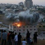 Bu nasıl hırs! İsrail Filistinlilerin binasını şov yaparak yıktı!