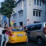 Müşterisine bıçak çekti! Taksici müşteri kavgası kamerada...