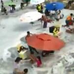 Panik dolu anlar! Dev dalgalar plajı böyle vurdu...